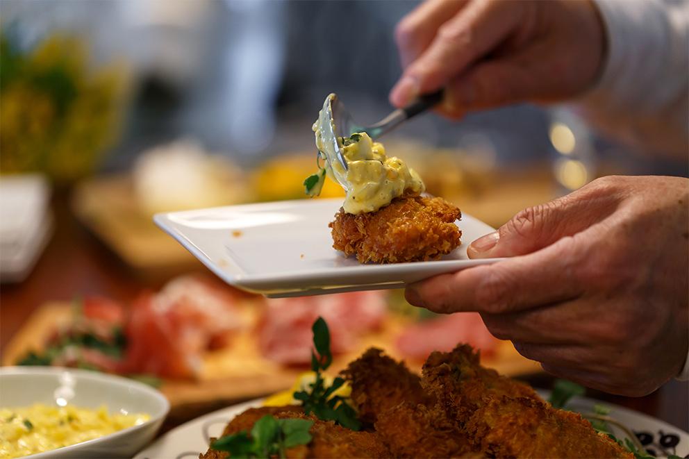 ふっくらサクサクの牡蠣フライにピクルスの酸味が効いたタルタルソースをたっぷりと