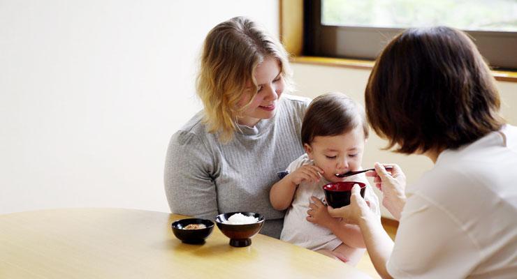 ゆうゆう漆器を使っておばあちゃんに食べさせてもらう様子