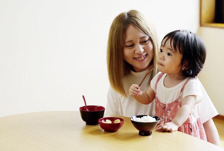 ゆうゆう漆器を使ってお母さんと一緒に食べている様子