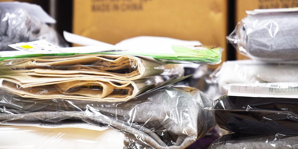 ご注文頂きました商品の発送梱包作業です。