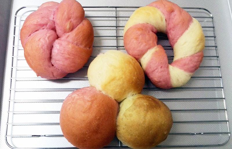 赤いパンやケーキに