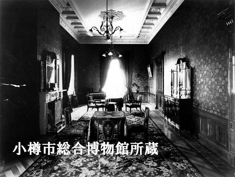写真:当時の2階貴賓室。壁一面に金唐革紙が貼られている。
