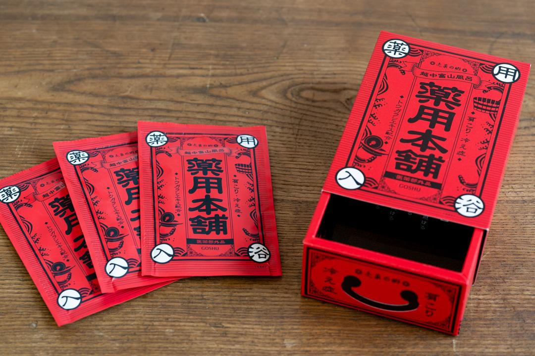 【五洲薬品】 越中富山風呂「薬用本舗」(3包入)・小判のかたちのバスボムセット「入浴両」(3個入)パッケージ