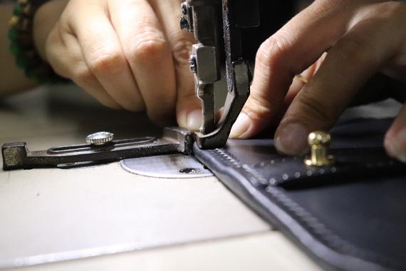 全てが職人達の手作り。極厚の革も自在に扱える技術でひとつひとつ丁寧に仕上げられていく。