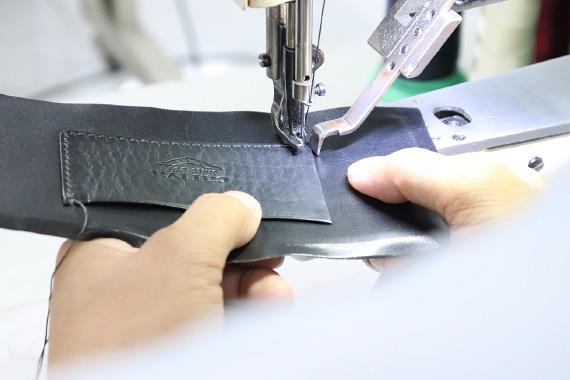 工場と何度もやり取りを重ね、試作を繰り返す。見た目と機能性のバランスもデザインし、素材の持ち味を生かした設計を行っている。