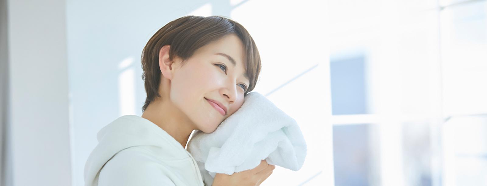 タオルにハグする女性