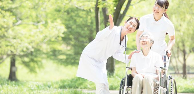 車椅子の女性の写真