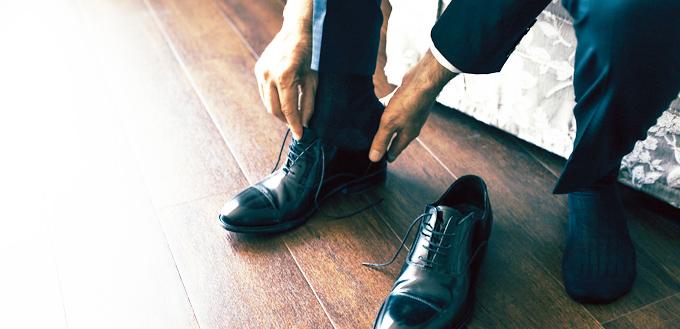 革靴を履く男性の写真