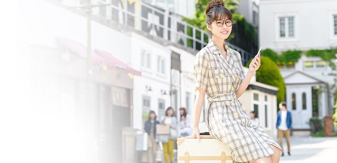 スーツケースと女性の写真
