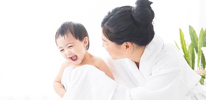 タオルにくるまる子供と母