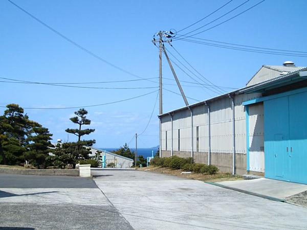 ここは完成品倉庫です。遠くにきららビーチを望む。