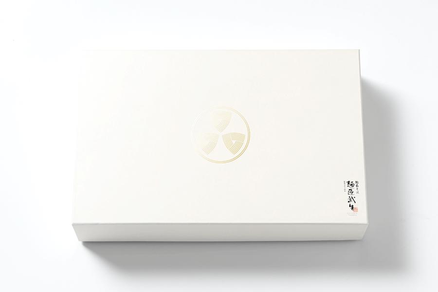 シンボルマークが箔押しされた、商品ごとにお色の違う上品な和紙箱にお詰めします。