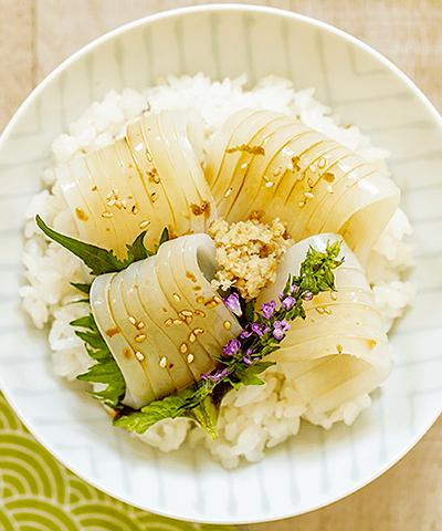 コリコリ食感がたまらない!白イカの生姜醤油丼