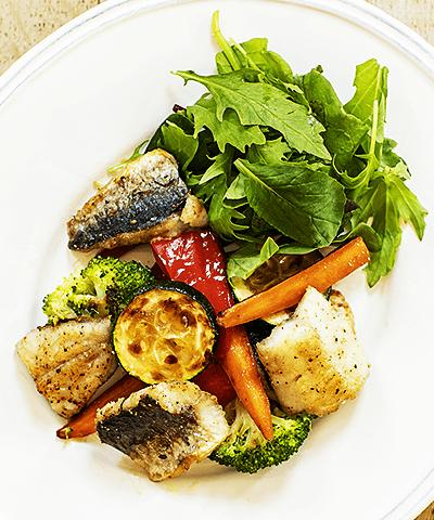 玉ねぎドレッシングでさっぱり!トビウオと野菜のグリルサラダ