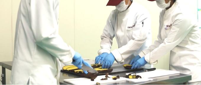 芋を切るスタッフの写真